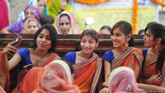 हैदराबाद में महावीर जयंति के मौके पर श्री महावीर जैन मंदिर में सेल्फी खींचती युवतियां.