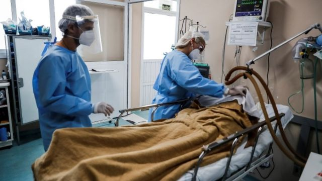 Dados inéditos obtidos pela BBC News Brasil mostram que de 15 de fevereiro até o final de dezembro, 80% das pessoas com covid-19 que precisaram de ventilação mecânica invasiva morreram
