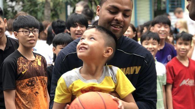 Thủy thủ từ cả hai tàu đều tham gia các hoạt động trao đổi văn hoá với các em nhỏ