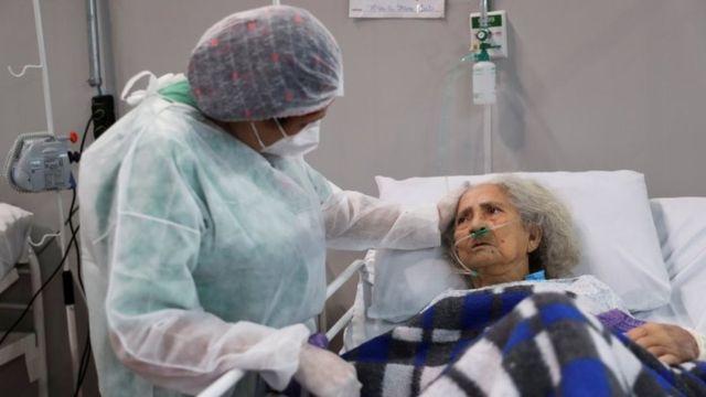 Profissional de saúde ampara idosa internada em hospital