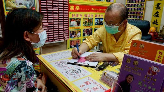 Предсказатель в храме Вон Тай Синь растолкует вам ваше будущее по выпавшей палочке судьбы
