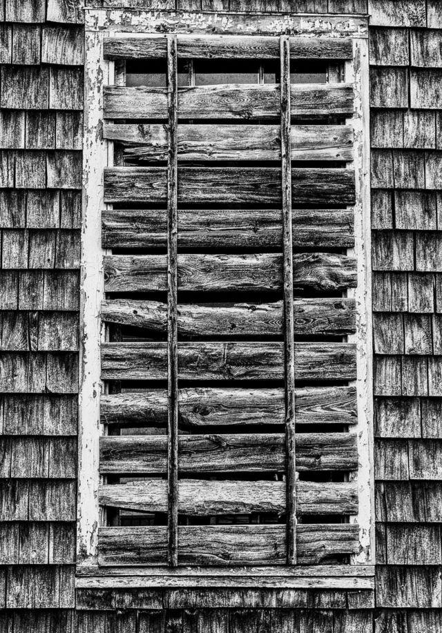 شباك مسدود بقطع الخشب
