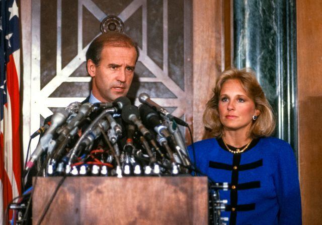 Thượng nghị sĩ Biden với vợ mình - Jill, trong một cuộc họp báo, tuyên bố rút khỏi cuộc đua tổng thống