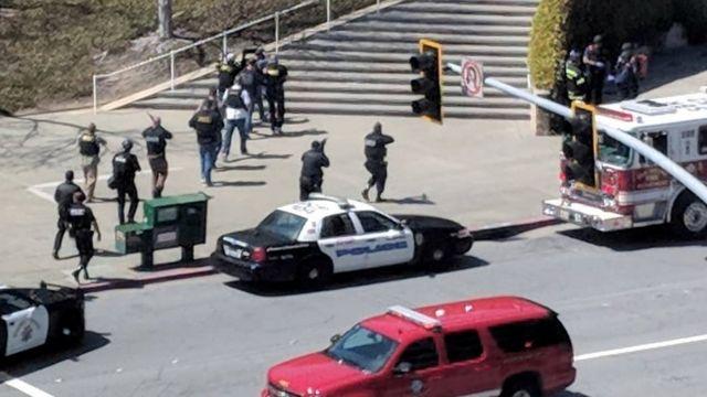 Policiais atuam em área isolada após tiros na sede do YouTube