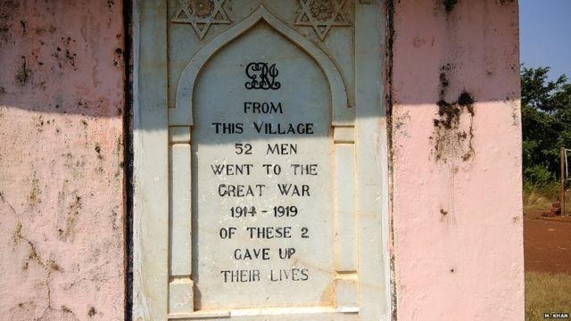 स्मारकावर संगमरवरी दगडात कोरलेला संदेश