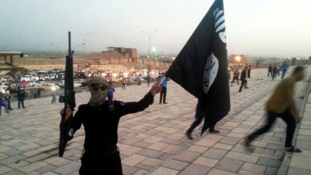 أحد منسلحي تنظيم الدولة الإسلامية في الموصل