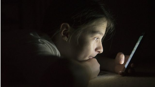 Девочка-подросток с телефоном