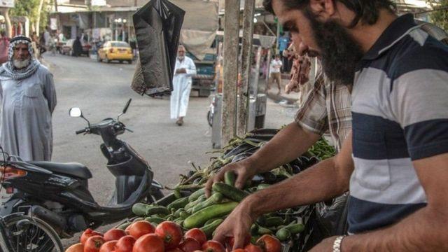 مشهد في احد الأسواق جنوب شرقي الموصل بثه تنظيم الدولة الإسلامية