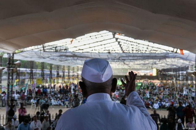 दिल्ली के रामलीला मैदान में जनलोकपाल बिल की मांग को लेकर समाजसेवी अन्ना हज़ारे अनशन पर बैठे थे.