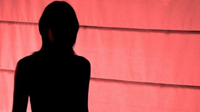 Silueta de una mujer en el Barrio Rojo de Ámsterdam.