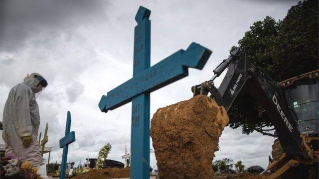 Trabajadores entierran a personas fallecidas por el coronavirus en Manaos.
