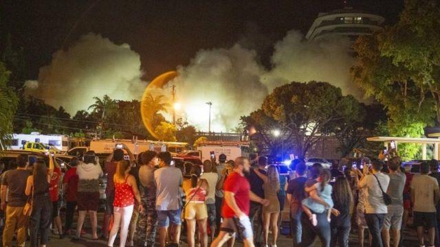 Gente viendo la demolición
