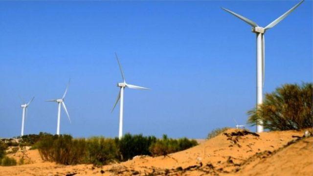 Ветряные турбины на краю пустыни в Марокко