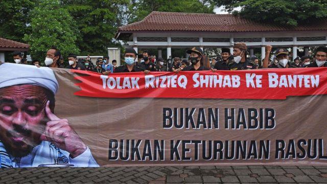 Sejumlah orang yang tergabung dalam Aliansi Warga Banten (AWAB) berunjuk rasa menolak rencana kedatangan Habib Rizieq Shihab (HRS) di Alun-alun Serang, Banten, Jumat (20/11)