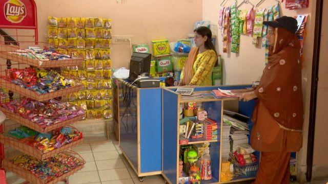 کھانے پینے کی اشیا  لاہور میں غریب افراد کو قسطوں پر راشن فراہم کرنے کی دکان چلانے والی خاتون کو اس سروس کا خیال کیسے آیا؟  115098311 45726519 c0b0 423a 9ded 13a4accbbd2d