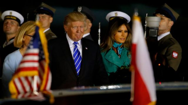 Donald Trump y Melania Trump llegando a Varsovia.