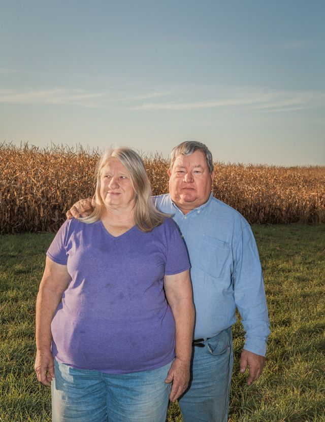 Art Tanderup y una mujer a su lado en un cultivo