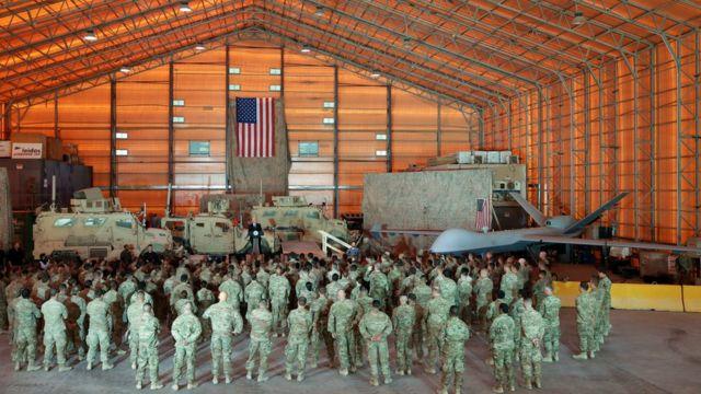 Mike Pence se dirige às tropas no Iraque