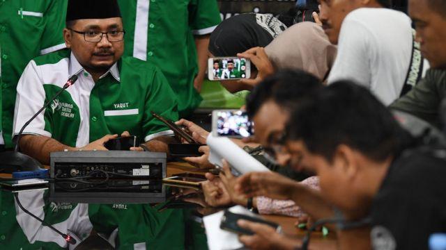 Ketua Umum PP GP Ansor Yaqut Cholil Qoumas memberikan keterangan kepada wartawan di Jakarta, Rabu (24/10). Ketua Umum GP Ansor meminta maaf atas kegaduhan terkait pembakaran bendera yang diyakini sebagai bendera HTI.