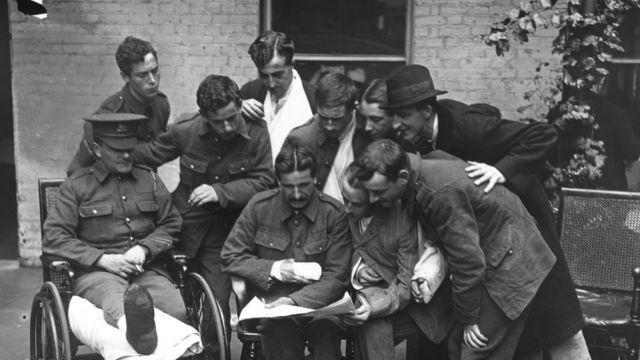 Британские солдаты с газетой в госпитале в Лондоне