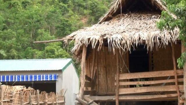 Nhiều nhà của người dân tộc Ơ Đu vẫn là nhà tranh vách lá trong khi chuồng bò được xây kiên cố