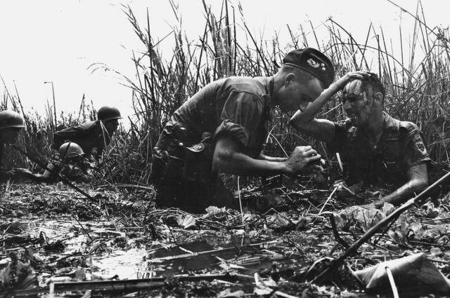 Un médico australiano realiza una cura a un soldado herido, al sur de Soc Trang en el Delta del Mekong, en febrero de 1970.