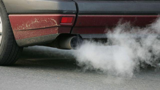 Tubo de escape de un auto