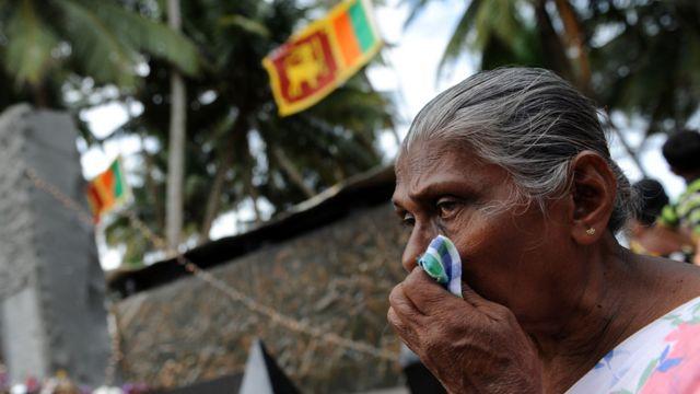 Mujere tras el tsunami en Asia