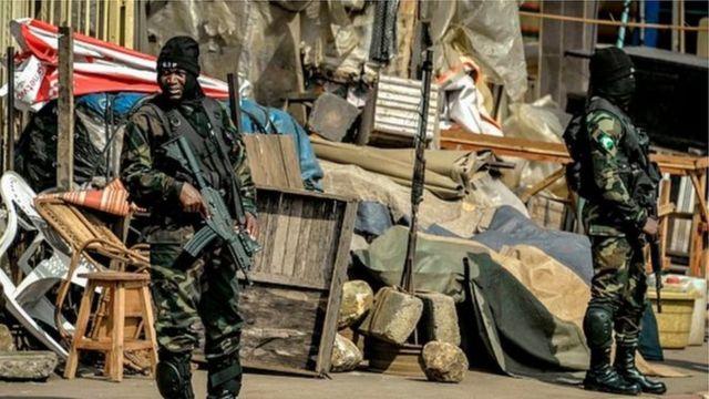 Des soldats en faction dans la zone anglophone du Cameroun, théâtre d'une insurrection depuis plus d'un an.
