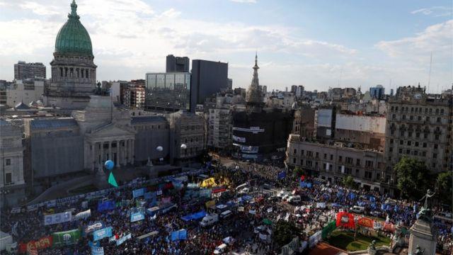 Un grupo de manifestantes se reunió frente a la Asamblea Nacional en noviembre cuando la cámara baja debatía la medida.