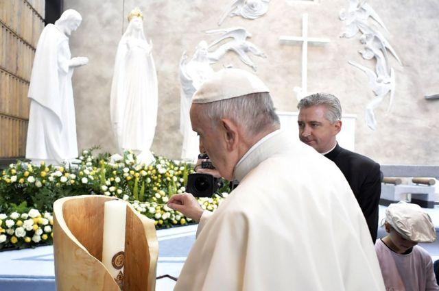 Папа римский зажигает свечу