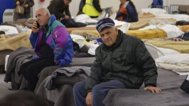 इटली में भूकंप से प्रभावित इलाकों में स्थानीय निवासी अस्थाई आवासों में रात बिता रहे हैं.