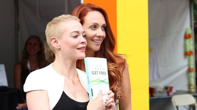 Grace Smith y la actriz Rose McGowan.