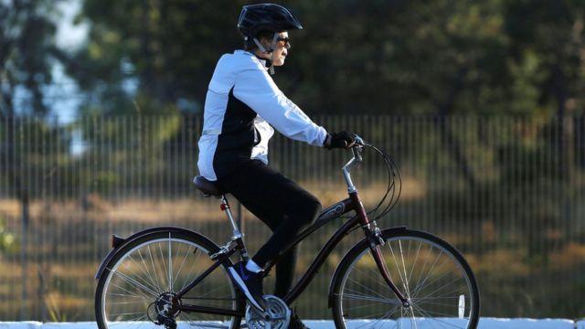 A presidente afastada Dilma Rousseff durante passeio de bicicleta em Brasília, em 3 de agosto de 2016
