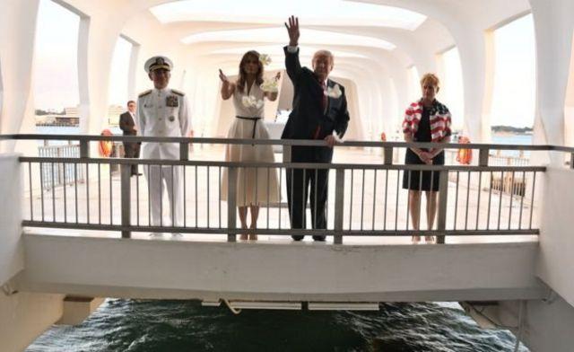 'පර්ල් හාබර්' හි USS ඇරිසෝනා ස්මාරකය වෙත ගොස් ගෞරව දැක්වූ ජනාධිපති ට්රම්ප් සහ බිරිඳ මෙලනියා