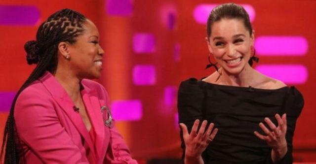 Emilia Clarke (kanan) dari Game of Thrones membicarakan larangan pengambilan foto saat pesta.