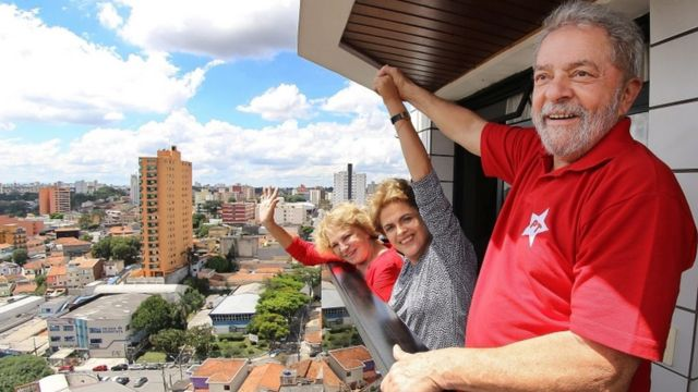 ルラ氏がサンパウロで身柄を拘束された翌日、ルラ氏やマリサ夫人のもとを訪れたルセフ大統領(中央)