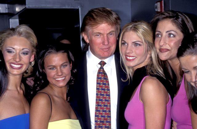 ترامب مع المشاركات في مسابقة لملكات الجمال