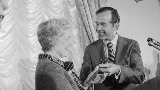 布什把代表共和黨全國委員會主席權杖的木槌交給史密斯