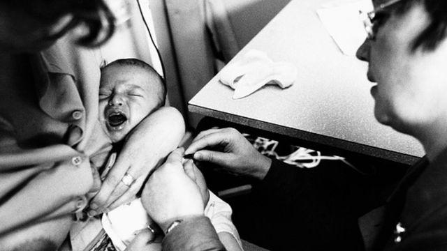 Bebê recebendo vacina no braço