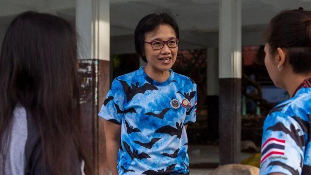 Supaporn Wacharapluesadee parle avec son équipe, qui a été la première à confirmer un cas de Covid-19 en dehors de la Chine, lors d'une mission de collecte de chauves-souris en septembre 2020