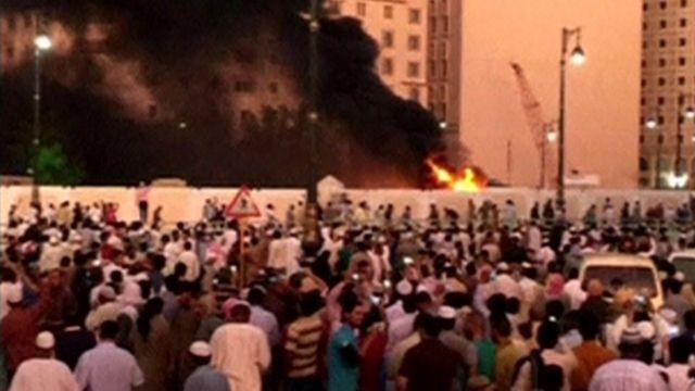 聖地メディナの「預言者のモスク」付近で燃える車両の映像