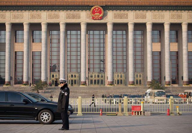 Un policía vigila junto al Gran Salón del Pueblo de Pekín.