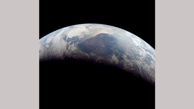 Земля уже настолько близко, что не вмещается в видоискатель фотокамеры