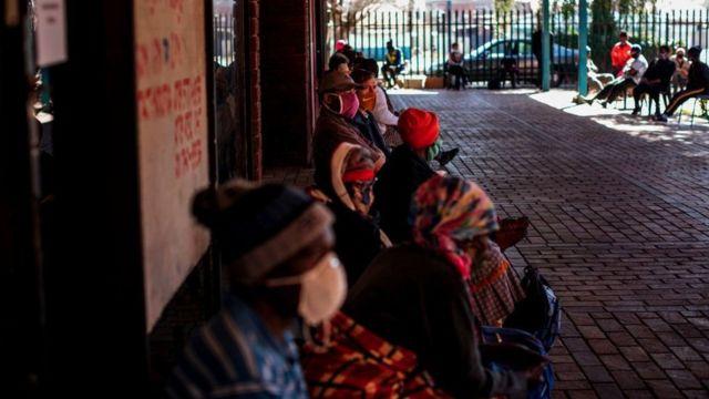 Gente recogiendo comida en Sudáfrica.