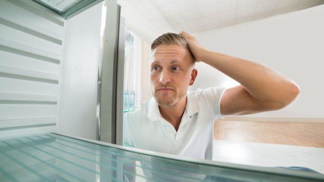 Hombre mirando el congelador