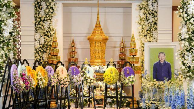 Maua na picha za Vichai Srivaddhanaprabha ziliwekwa karibu na hekalu lake mjini Bangkok