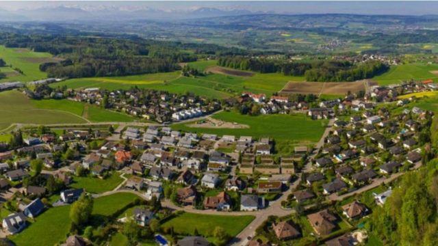 Oberwil-Lieli tem 2.222 pessoas e cerca de 300 milionários