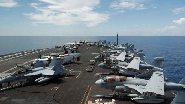 南シナ海を航行する米原子力空母「ニミッツ」