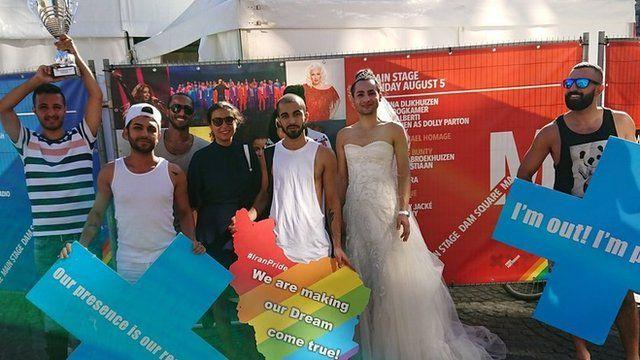 رهام رفیعی در کنار سایر مسافران رنگینکمانی قایق ایران